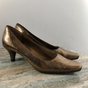 AEROSOLES Gold Bronze Pumps Size 7 Snakeskin
